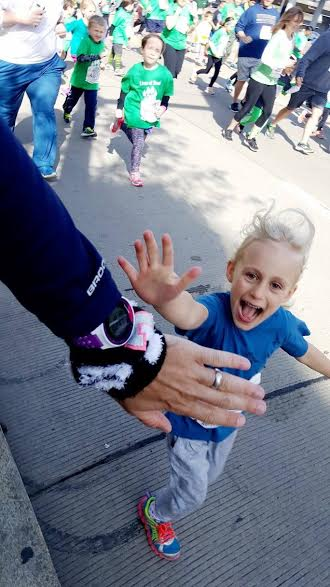 high five during kids marathon